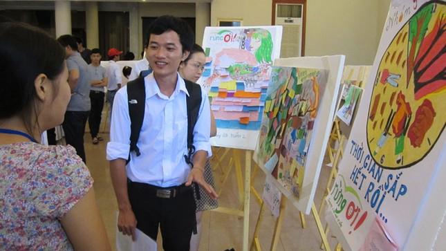 Rất đông các bạn sinh viên đến tham dự triển lãm ảnh về