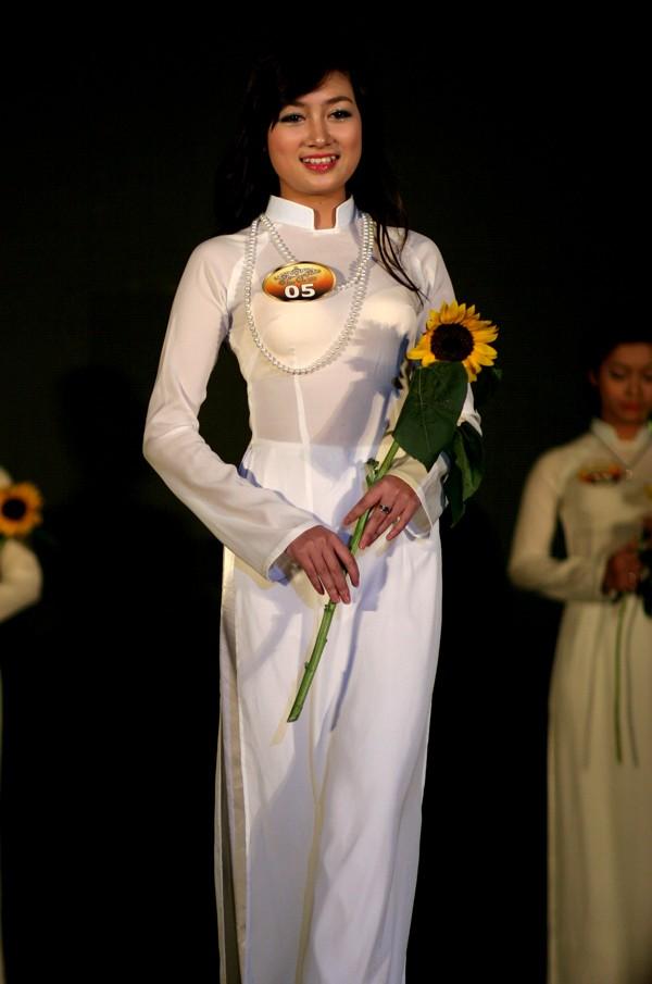 Phần trình diễn áo dài của Thanh Tuyền