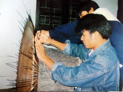Nguyễn Phương Quang bên sản phẩm mây tre đan do mình sáng tạo