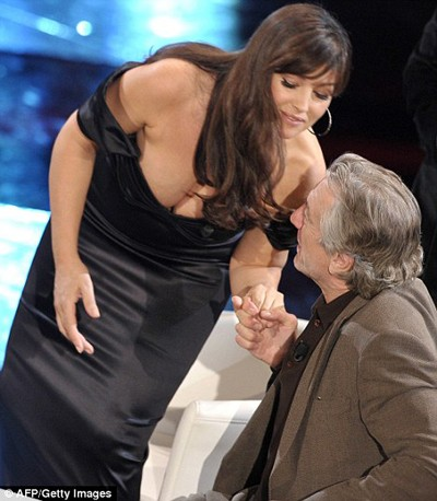 Monica khoe bầu ngực đẫy đà trên truyền hình Ý