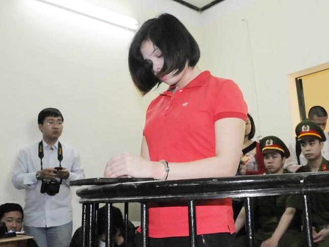 Nguyễn Thị Lệ khóc lóc nhận tội tại tòa. Ảnh: Tuấn Nguyễn
