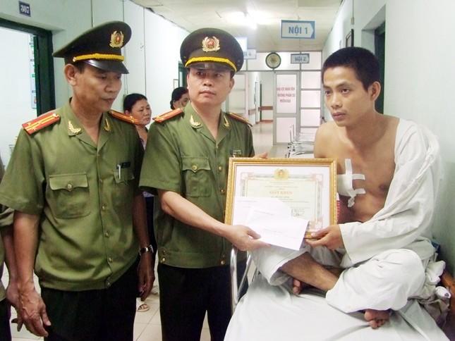 Lãnh đạo công an tỉnh Hưng Yên trao tặng bằng khen và thưởng nóng cho anh Đỗ Như Minh