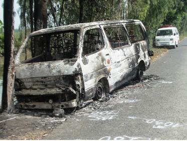 Chiếc xe bị thiêu rụi bên đường