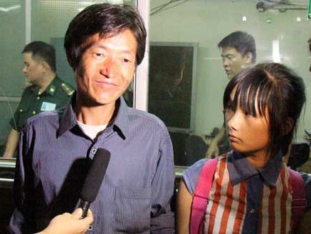 Ông Hừ xúc động khi tìm lại con gái lớn Pa Na sau hơn 2 năm bị lừa sang Trung Quốc. Ảnh: Tuấn Anh