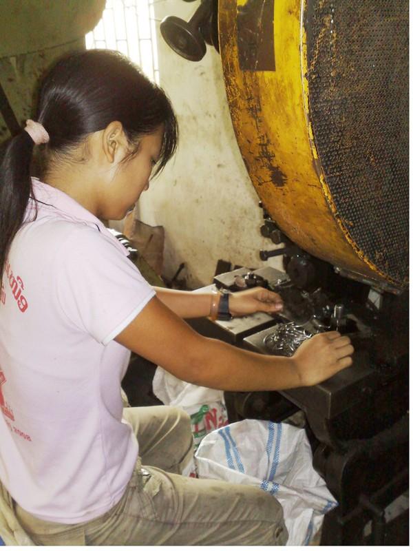 Quần quật làm việc trong xưởng nghề để kiếm tiền gửi về cho gia đình