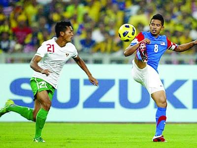 Tiền đạo Malaysia nhảy múa trước hậu vệ Indonesia ở trận chung kết lượt đi