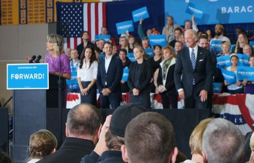 Ông Biden và Phu nhân vận động tranh cử trước ngày bầu cử. Ảnh: Trí Đường