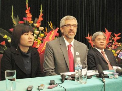 Ông Mark Powell (ở giữa, đeo kính) tại buổi họp báo sau khi đối thoại với phía Việt Nam