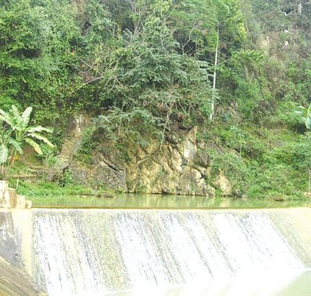 Toàn cảnh ngọn núi, dưới chân là suối cá thần
