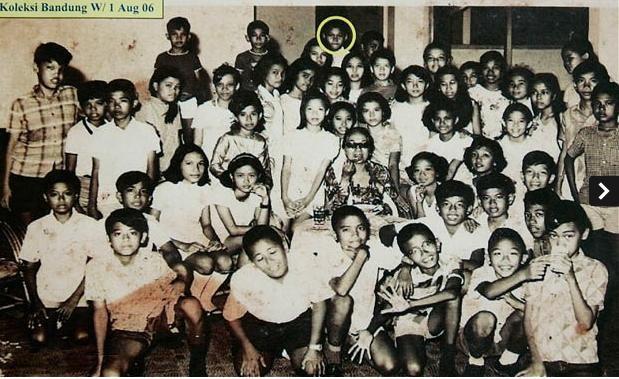Ảnh chụp năm 1969 khi cậu học trò Barack Obama (vòng tròn vàng) đang học tại Jakarta, Indonesia