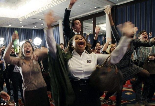 Những người ủng hộ Đảng Dân chủ rêu mừng khi có tuyên bố ông Obama chiến thắng