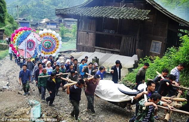 Người đưa tang chú trâu rất đông và đám tang được tổ chức khá linh đình