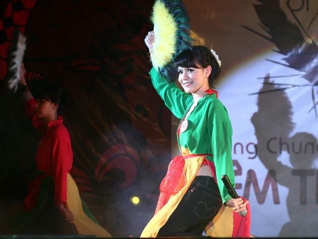 Yến Chi hát múa dân gian đương đại