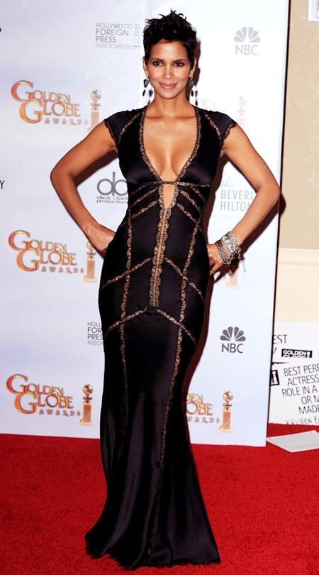 Nữ miêu Halle Berry trông vô cùng sexy với chiếc váy đen xẻ cổ sâu, khoe đôi gò bồng đảo nóng bỏng tại Lễ trao giải Quả Cầu vàng 2010