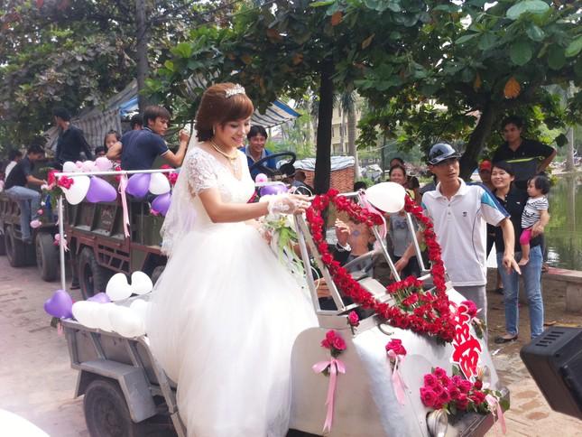 Cô dâu hạnh phúc bên dàn
