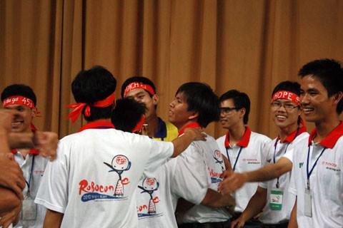 Những giọt nước mắt chiến thắng của thí sinh BK-SPIRIT trong vòng tay đồng đội