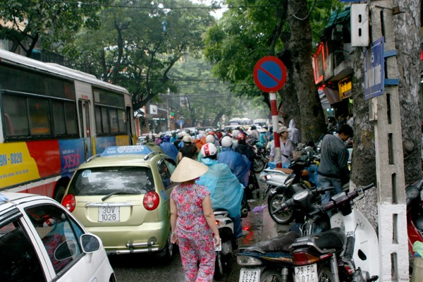 Cả tuyến phố Trần Nhân Tông bị ách tắc