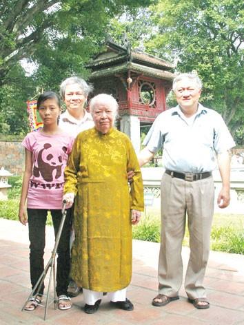 Cụ bà Trịnh Văn Bô tại Văn Miếu Quốc Tử Giám