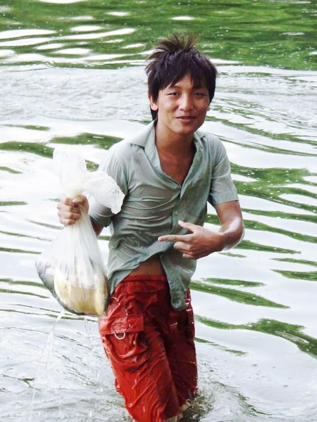 Bỏ học sớm, nhiều trẻ em nghèo dọc phá Tam Giang phải cần mẫn mưu sinh. Ảnh: Nguyễn Huy