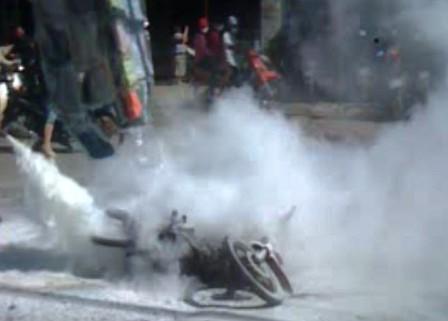 Ngọn lửa được dập tắt nhưng chiếc xe bị thiêu rụi. Ảnh: Dân Trí