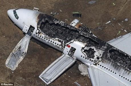 Chiếc máy bay Boeing 777 cháy trụi sau khi hạ cánh xuống sân bay quốc tế San Francisco làm 2 người thiệt mạng và 180 người khác bị thương