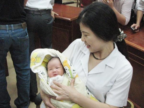 Bác sỹ Trần Thị Tuyết Lan - Trưởng Khoa sản 2 bế cháu Trường. Ảnh: Lãng Phong