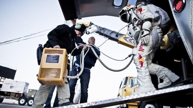Felix Baumgartner bước ra khỏi khoang chứa