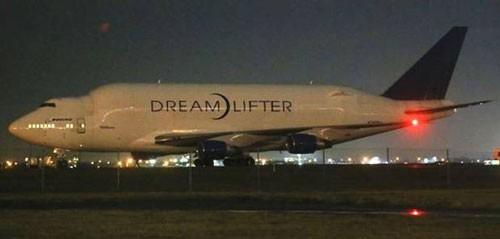 Chiếc máy bay khổng lồ đáp xuống sân bay tí hon tối 20-11... Ảnh: Independent