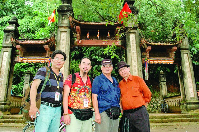 Nhà báo Nguyễn Phương Hùng (ngoài cùng bên phải) tại chùa Tây Phương