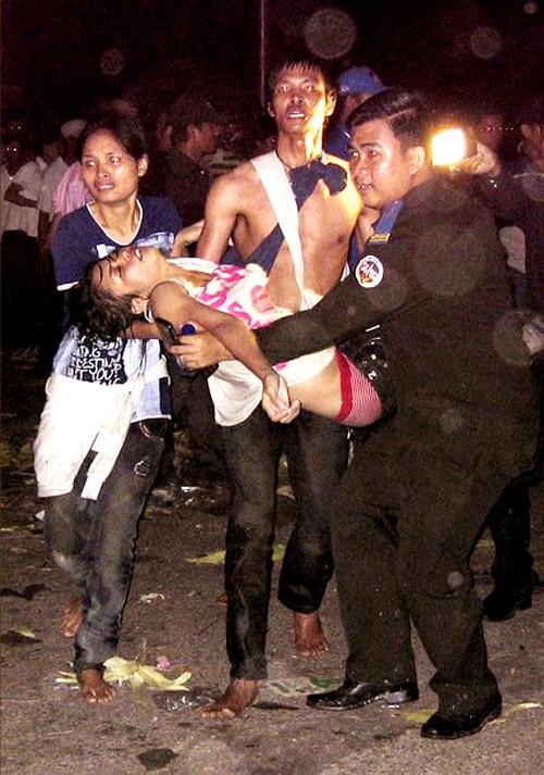 Khuôn mặt đau khổ, thẫn thờ của những người vừa thoát khỏi đám đông, với người thân bị tử nạn trên tay