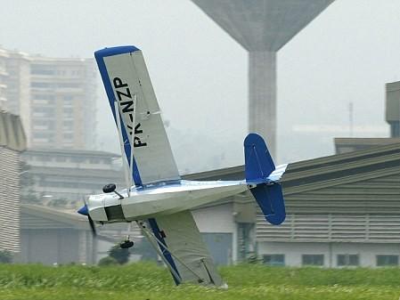Một cánh của chiếc Super Decathlon chạm đất trước khi máy bay nổ tung - Ảnh: Reuters