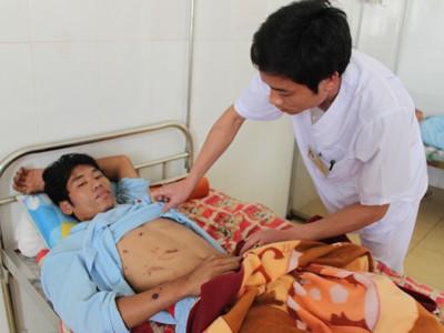 Nạn nhân Bùi Hữu Nam, xã Hải Ninh, huyện Tĩnh Gia đang được điều trị tại Bệnh viện đa khoa huyện Tĩnh Gia