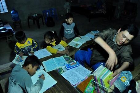 Cả lớp học có hơn 10 em học sinh từ lớp 1 đến lớp 5. Ở đây, các em học sinh được luyện viết chữ, làm toán và tập đọc miễn phí