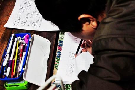 Viết chữ bằng miệng nhưng từng nét chữ của anh gọn gàng và rất đẹp