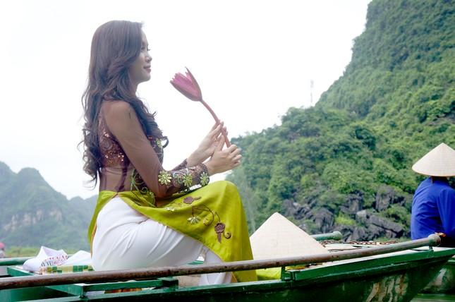 Ngọc Anh trước cảnh sông núi hữu tình