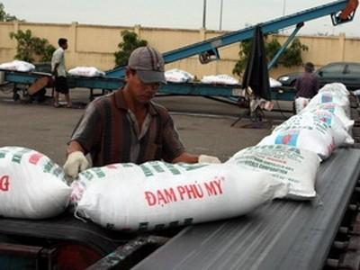 Bốc xếp sản phẩm phân đạm Phú Mỹ tại cảng Cần Thơ. Ảnh: Hà Thái(TTXVN)