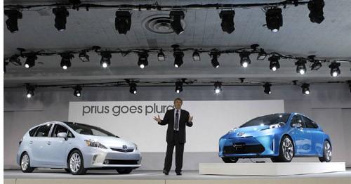 Giám đốc Toyota Mỹ Bob Carter giới thiệu các thành viên mới của dòng xe sạch lai giữa xăng và điện Prius - Prius V (trái) và Prius C concept