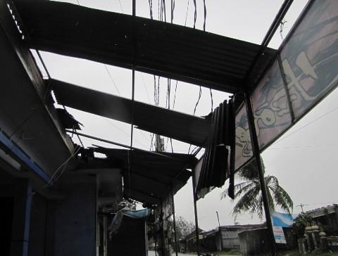 Nhà dân bị tốc mái tại Phú Vang.