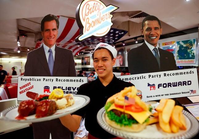 Một đầu bếp tại Mỹ chế biến hai món ăn với hình ảnh của hai ứng viên tổng thống Mỹ nhằm kêu gọi cử tri cả nước đi bầu cử