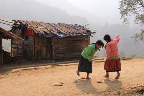Hai nữ sinh người Mông chơi đùa dưới ánh nắng để quên đi cái lạnh giá