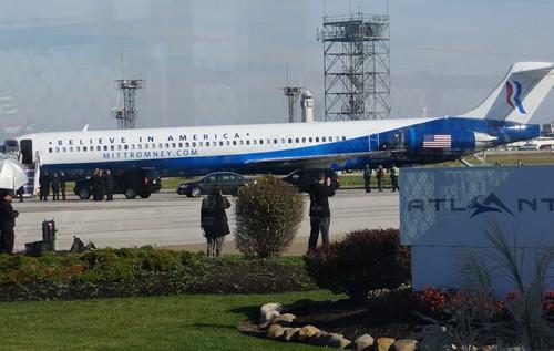 Chuyên cơ của ông Romney đến trước, ông ở trong chờ cấp phó Ryan đến để cùng đi. Ảnh: Trí Đường