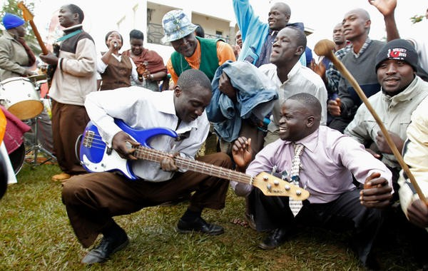 Người dân quê hương Kenya của ông Obama nhảy múa ăn mừng chiến thắng