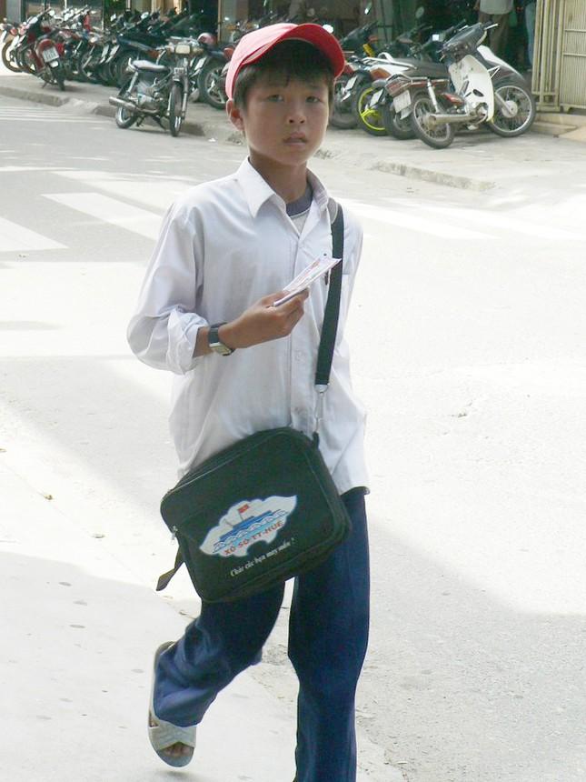 Mặc nguyên bộ đồng phục, em Thanh Tùng bán từng tờ vé số