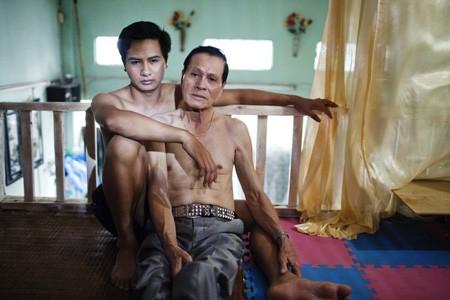 Cặp đôi này chênh nhau đến 44 tuổi. Họ đã yêu nhau hơn 2 năm và cùng chung sống tại Hà Nội