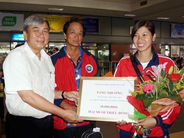 Dương Thị Việt Anh được lãnh đạo Tổng cục TDTT đón mừng tại sân bay Ảnh: Quang Thắng