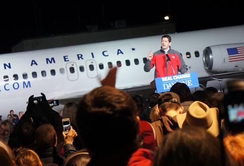 Ông Paul Ryan vận động tranh cử lúc gần nửa đêm 5-11 giữa trời giá lạnh ở Ohio. Ảnh: Trí Đường
