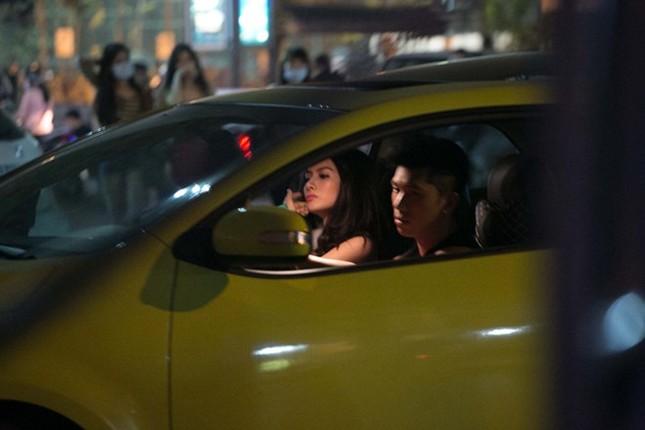 Sau khi dừng lại ở một cửa hàng trên phố, Lương Bằng Quang cầm lái hộ tống Trương Nhi đến điểm hẹn. Bài viết: http://news.zing.vn/Truong-Nhi-dien-tat-rach-xuong-pho-cung-ban-trai-post380249.html#category_featured.noibat Nguồn Zing News