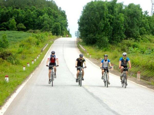 Bốn chàng trai Anh quốc xuyên Việt bằng xe đạp