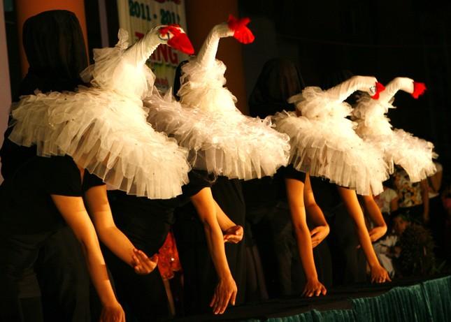 Tiết mục biểu diễn múa rối đặc sắc do các nghệ sĩ nhà hát múa rối trình diễn tặng các em trong đêm hội