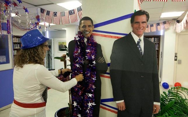 Một công dân Mỹ tại Jerusalem, Israel đeo vòng chúc mừng lên tượng ông Obama